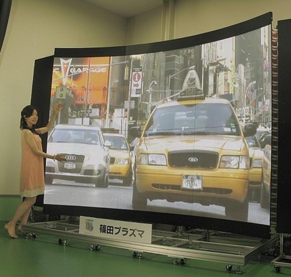 Ukrivljen zaslon zagotavlja izjemno kakovost geometrije prikazanih slik!