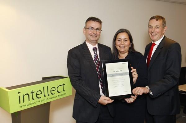 Intellectov certifikat poslovne odličnosti Business Professional Certificate je prevzel Warren Hawkins, direktor britanskega podjetja ISL Online UK.