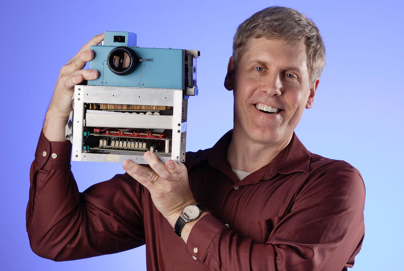 Kodakov inženir Steve Sasson je razvil prvi digitalni fotoaparat s CCD senzorjem že v letu 1975.