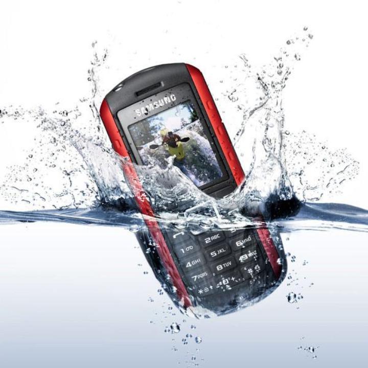 Padec mobilnega telefona v vodo še ne pomeni nujno njegovega konca.