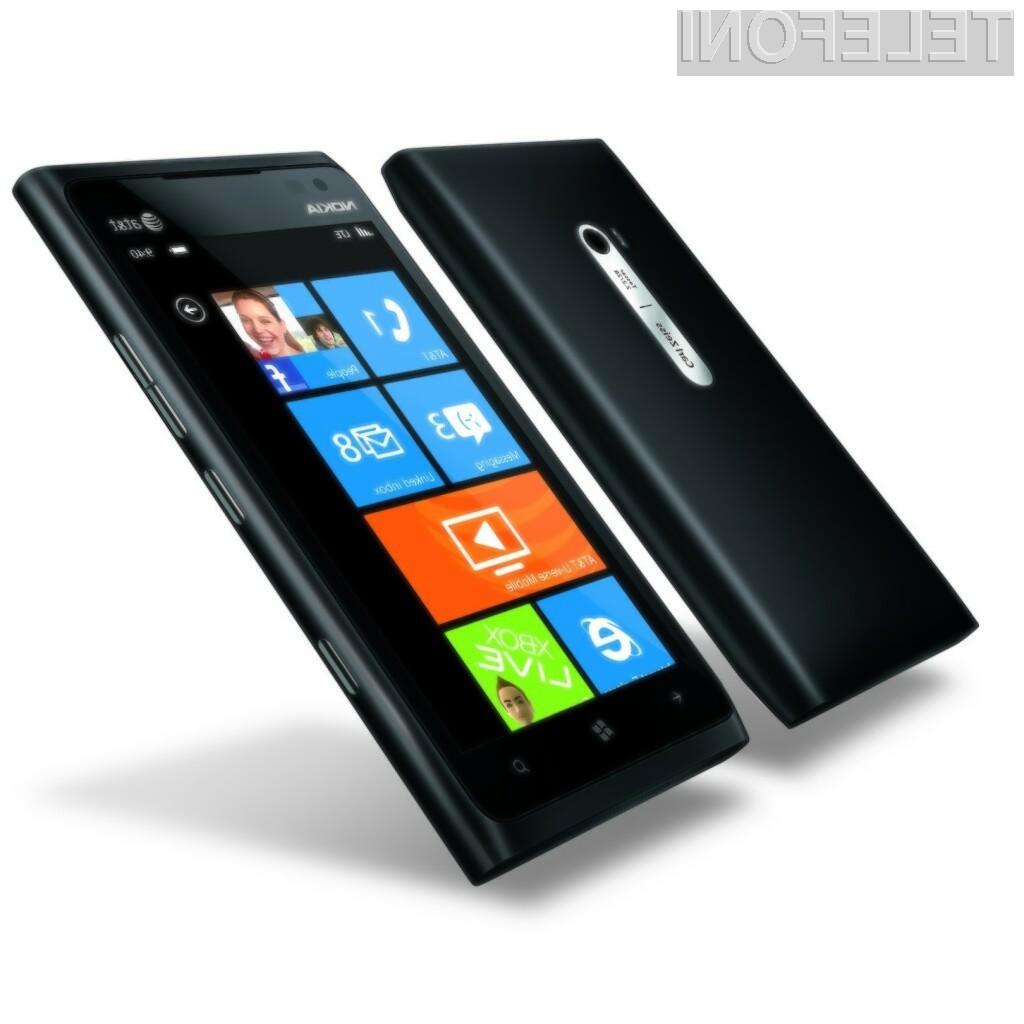 Mobilnik Lumia 900 ima velik, a ne prevelik zaslon.