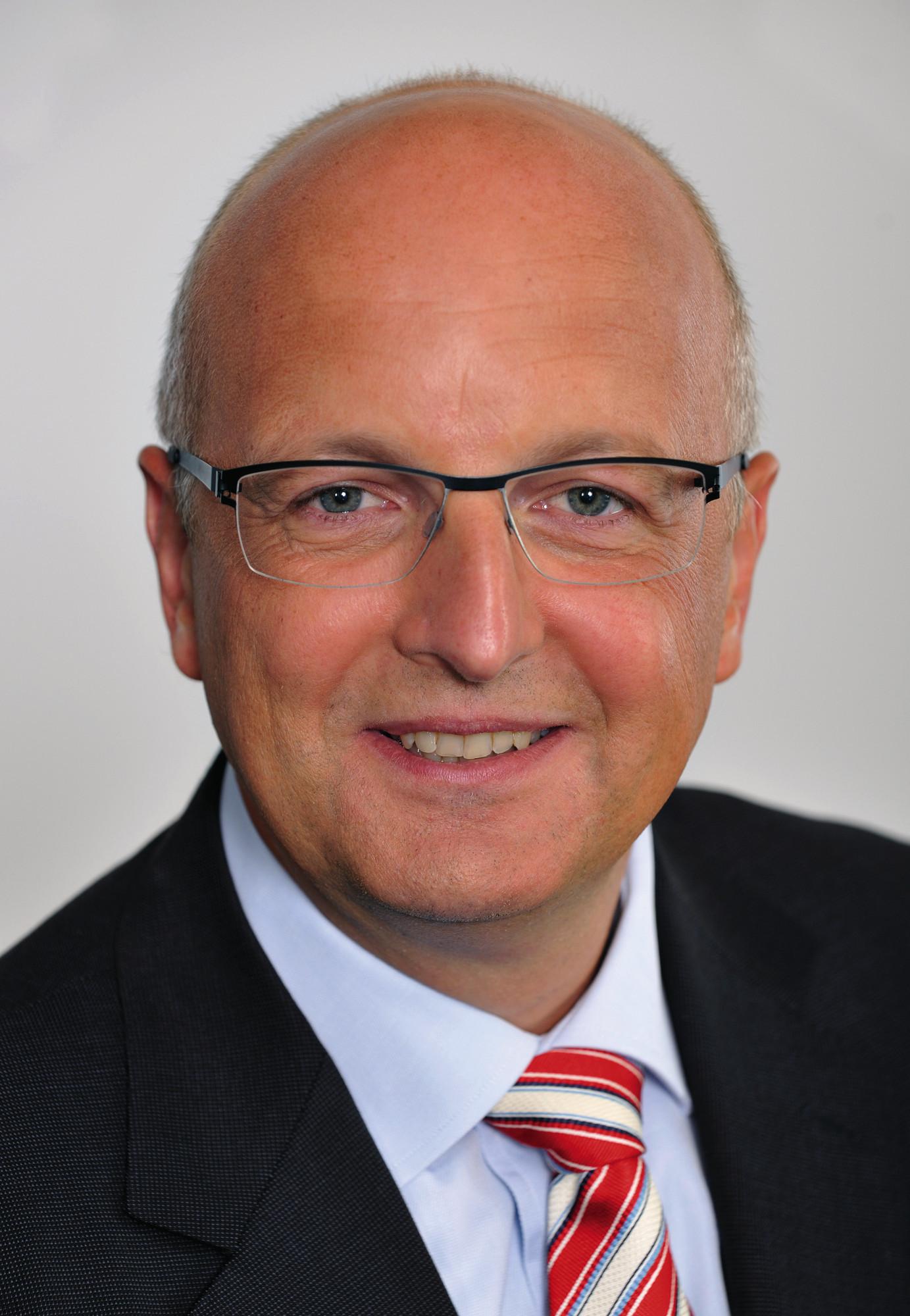 Rolf Schwirz, direktor družbe Fujitsu Technology Solutions: Danes varnost na področju informacijske tehnologije predstavlja veliko več kot le zaščito pred napadi na informacijske sisteme podjetij in javnih ustanov