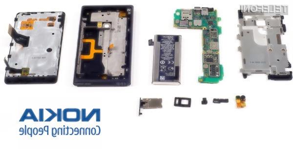 Popolnoma demontirana Nokia Lumia 900.