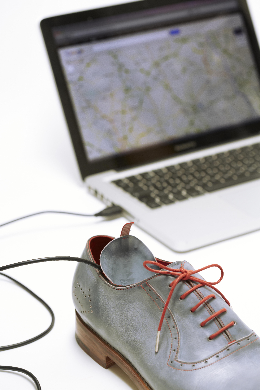 Britanski umetnik Dominic Wilcox je predstavil zelo zanimive čevlje z vgrajenim GPS sprejemnikom.