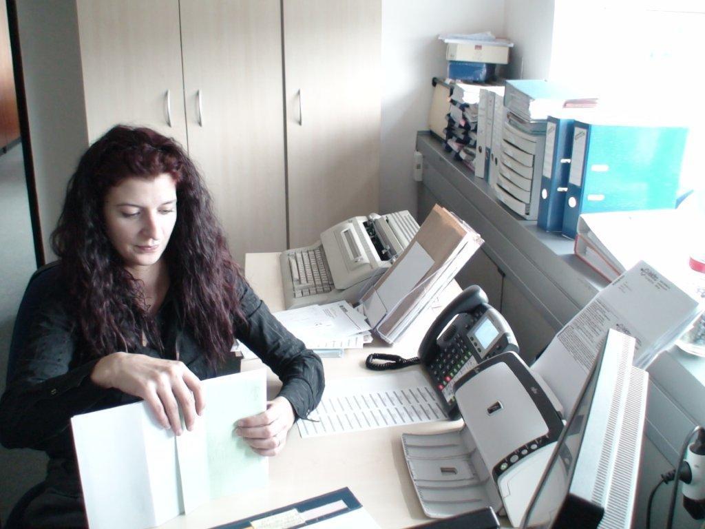 Poslovna sekretarka na podjetju VIVAPEN – ga. Suzana Kraniči