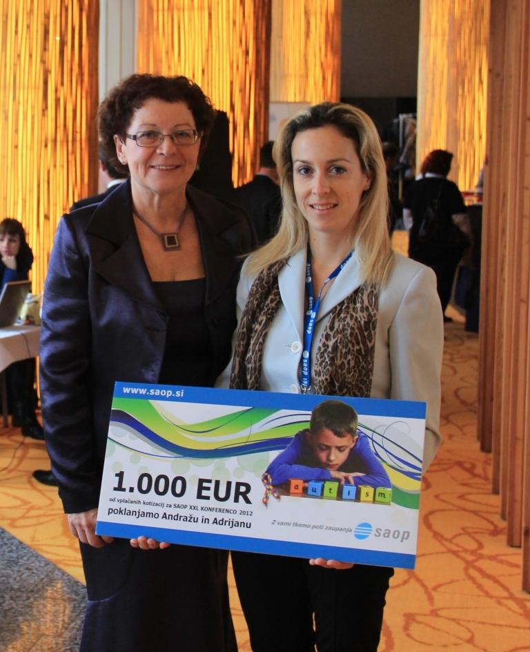 Avtističnima otrokoma Andražu in Adrijanu je SAOP poklonil bon v vrednosti 1.000 evrov