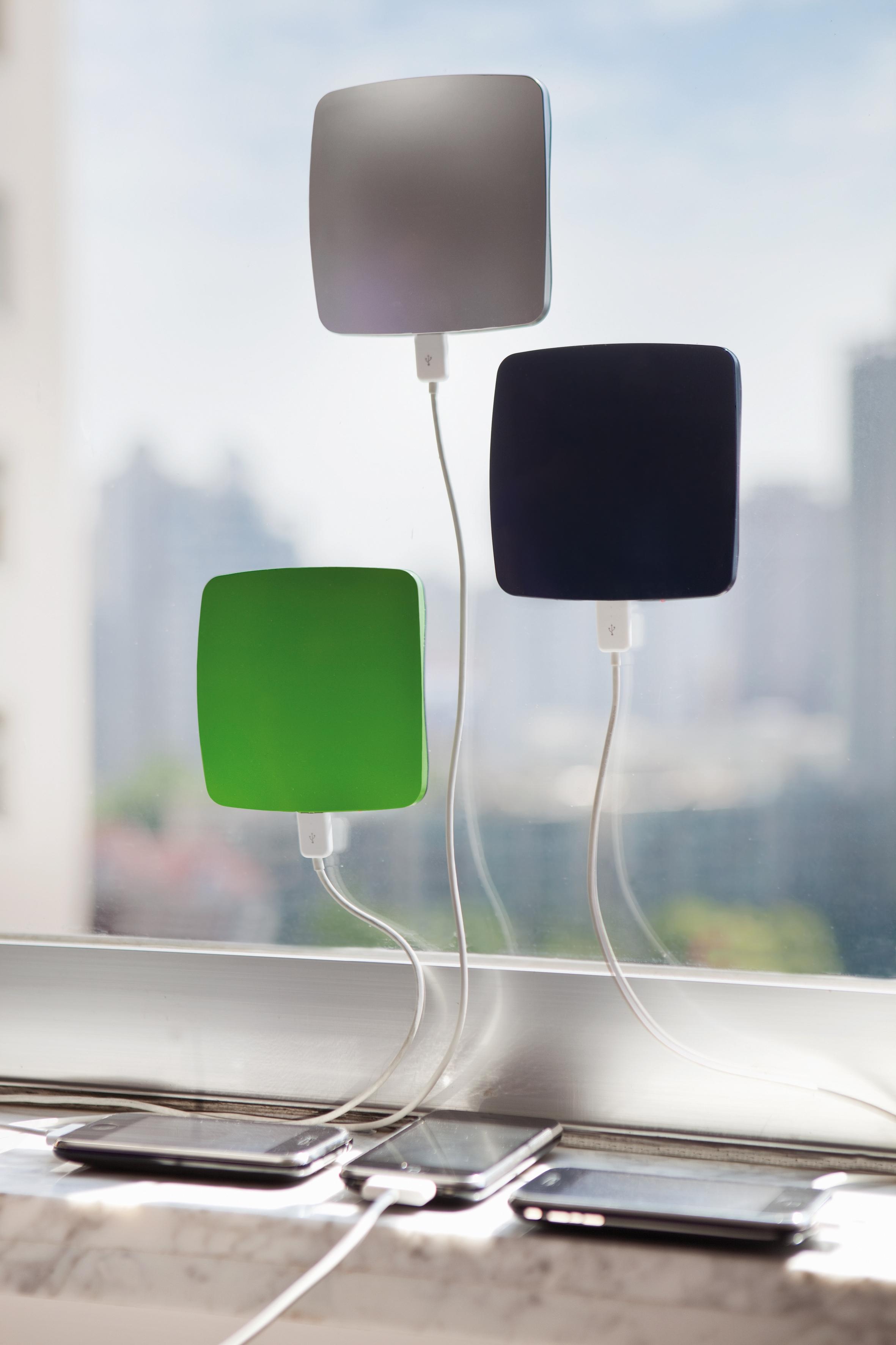 Obstajajo solarni polnilci, ki jih lahko prilepite na okno in tako izkoristite energijo sonca.