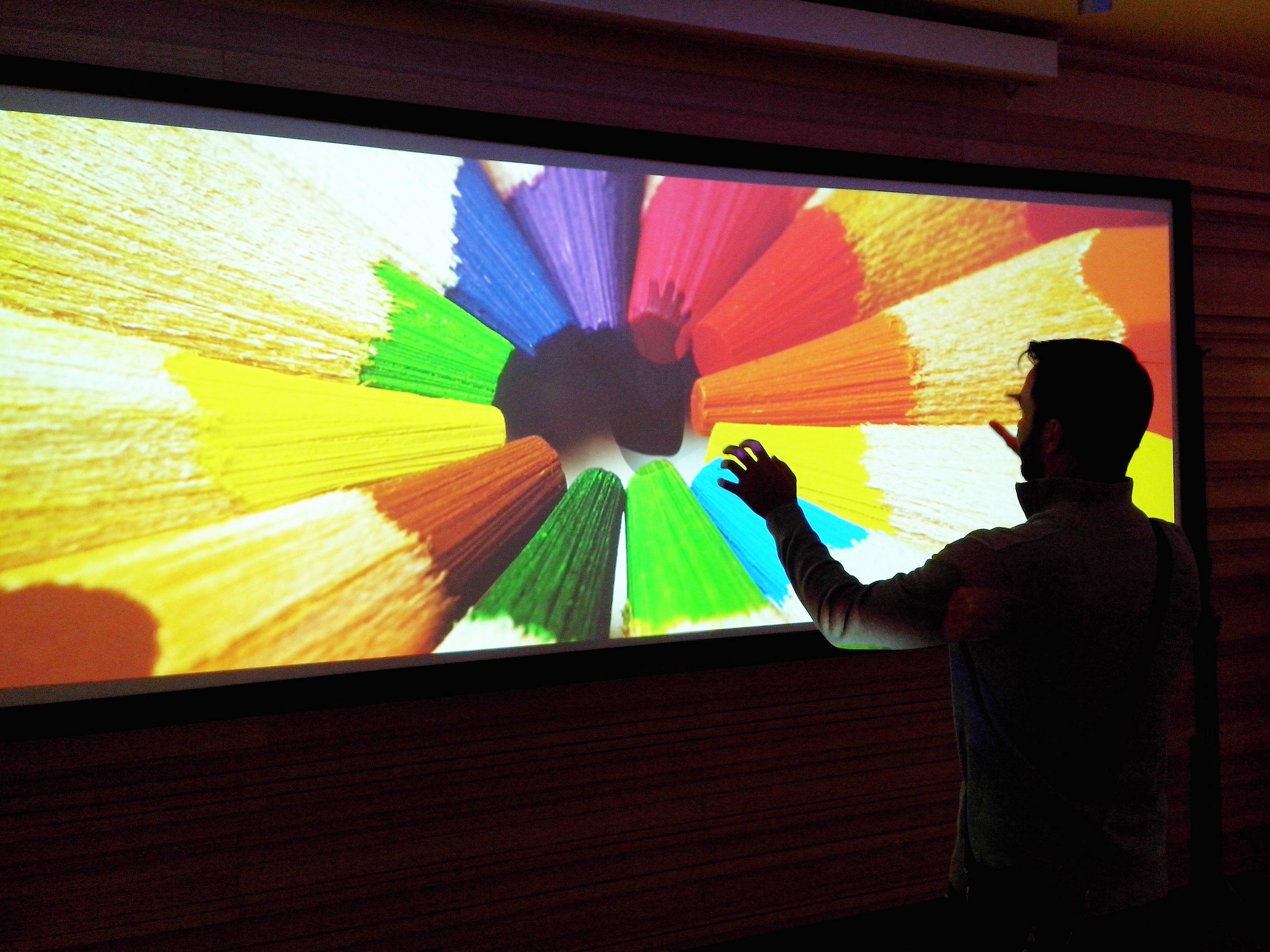 Na predstavitvi so uporabili sinhrono projeciranje dveh projektorjev, kar med drugim izniči senco predavatelja.