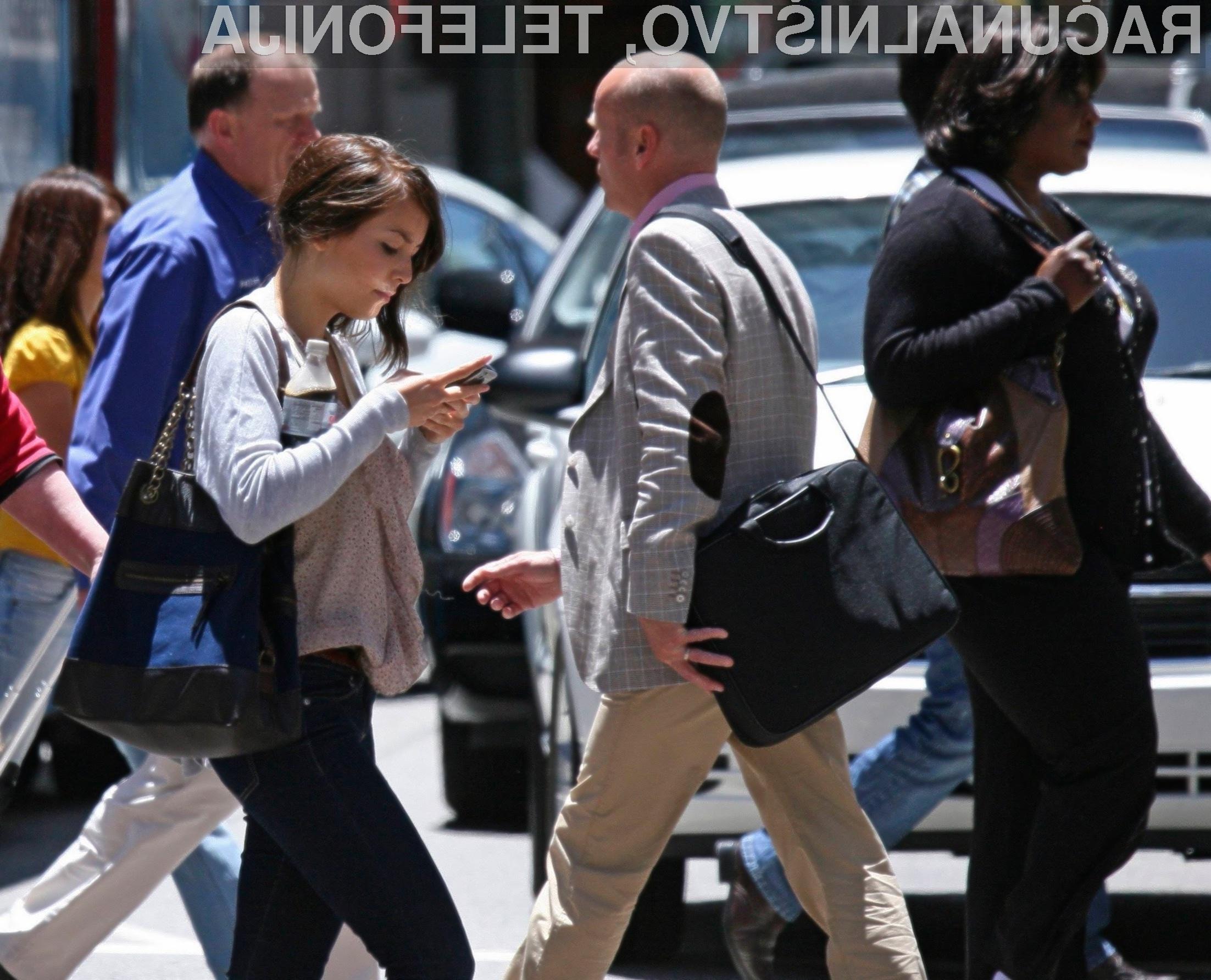 Pisanje kratkih sporočil in prebiranje vsebin na mobilniku je med hojo smrtno nevarno početje!