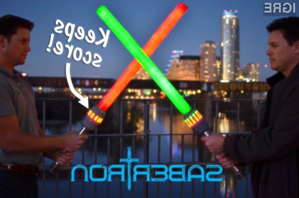 Postanite Jedi ali Sith s Sabertron svetlobnimi meči.