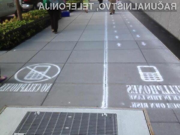 Ločen pločnik za pešce z in brez mobilnih telefonov