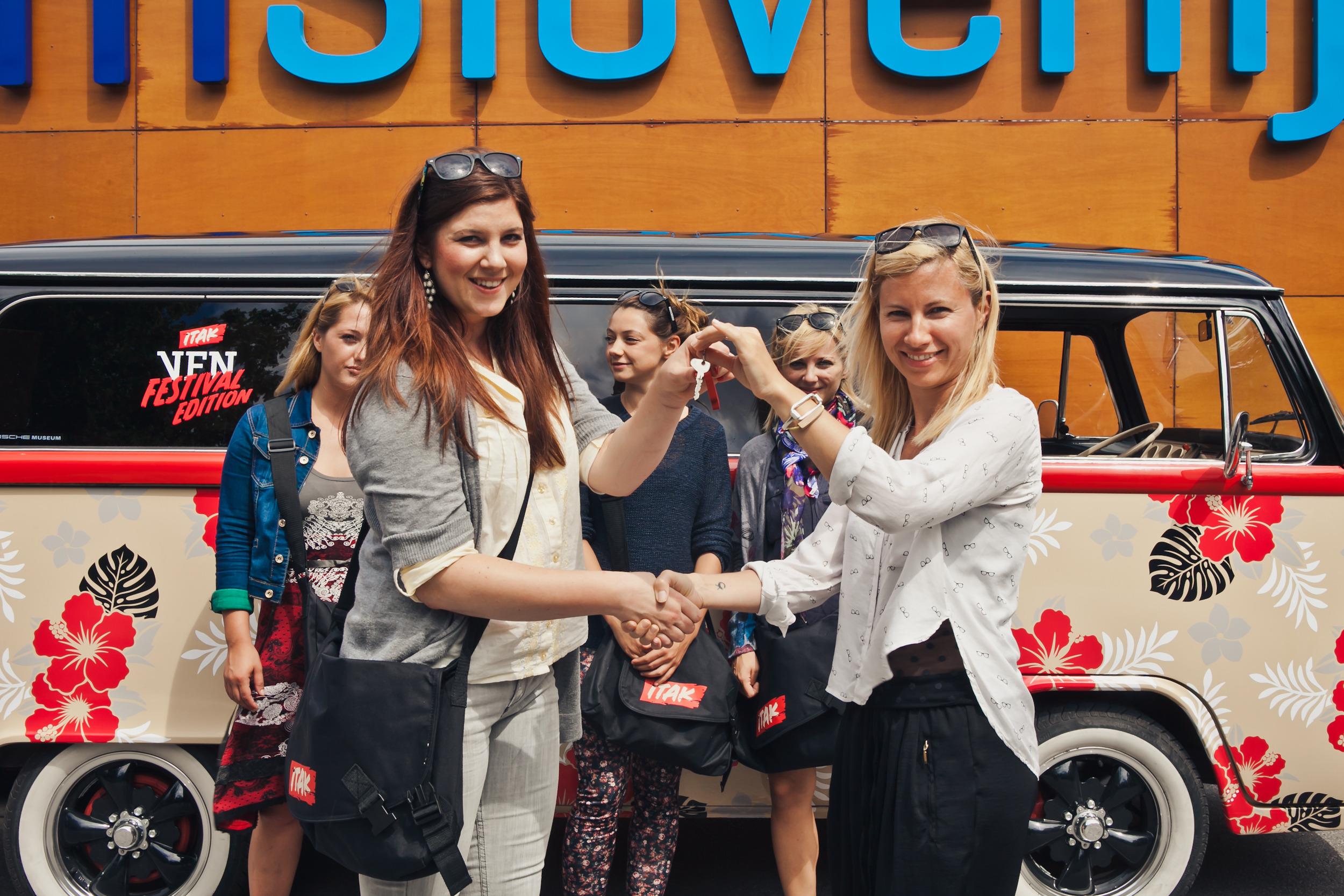 Eva Winkler iz Službe za tržno komuniciranje v Telekomu Slovenije je predala ključe izbranim dekletom