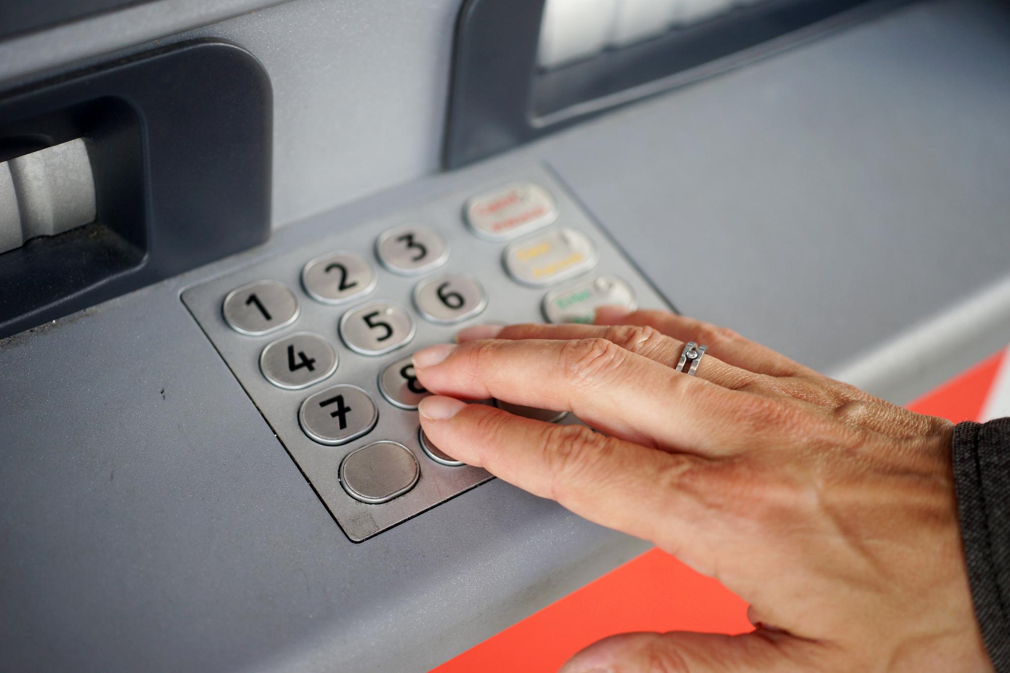 Prenos sredstev med računi preko bančnega avtomata