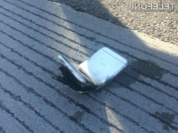 Applov mobilnik se je v prometni nesreči upognil, eksplodiral in pričel goreti.