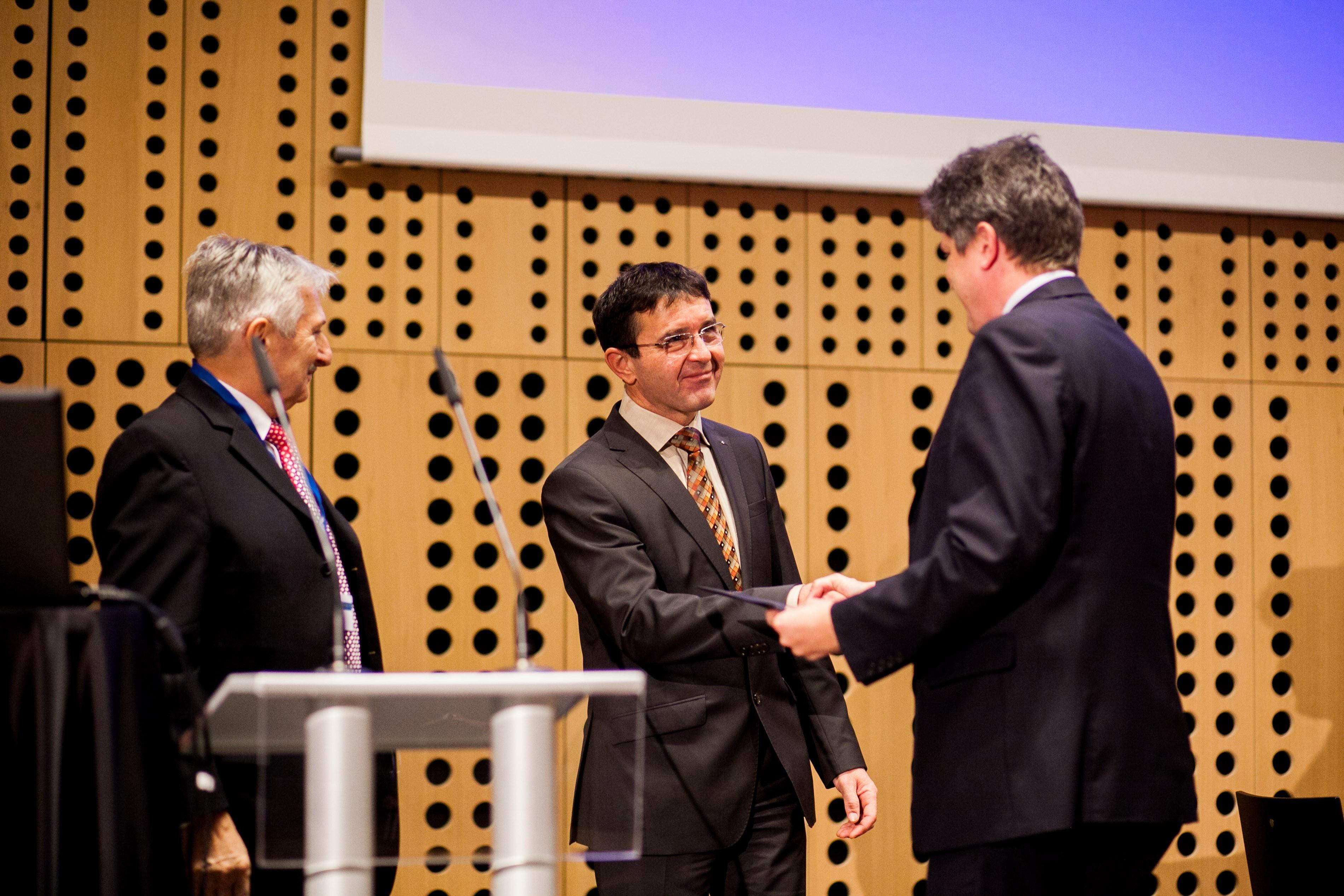 Na sliki, od leve proti desni: Niko Schlamberger, predsednik Slovenskega društva Informatike, Boris Koprivnikar, Minister za javno upravo, Tadej Gabrijel v imenu MJU prevzel priznanje e-storitev javne uprave.