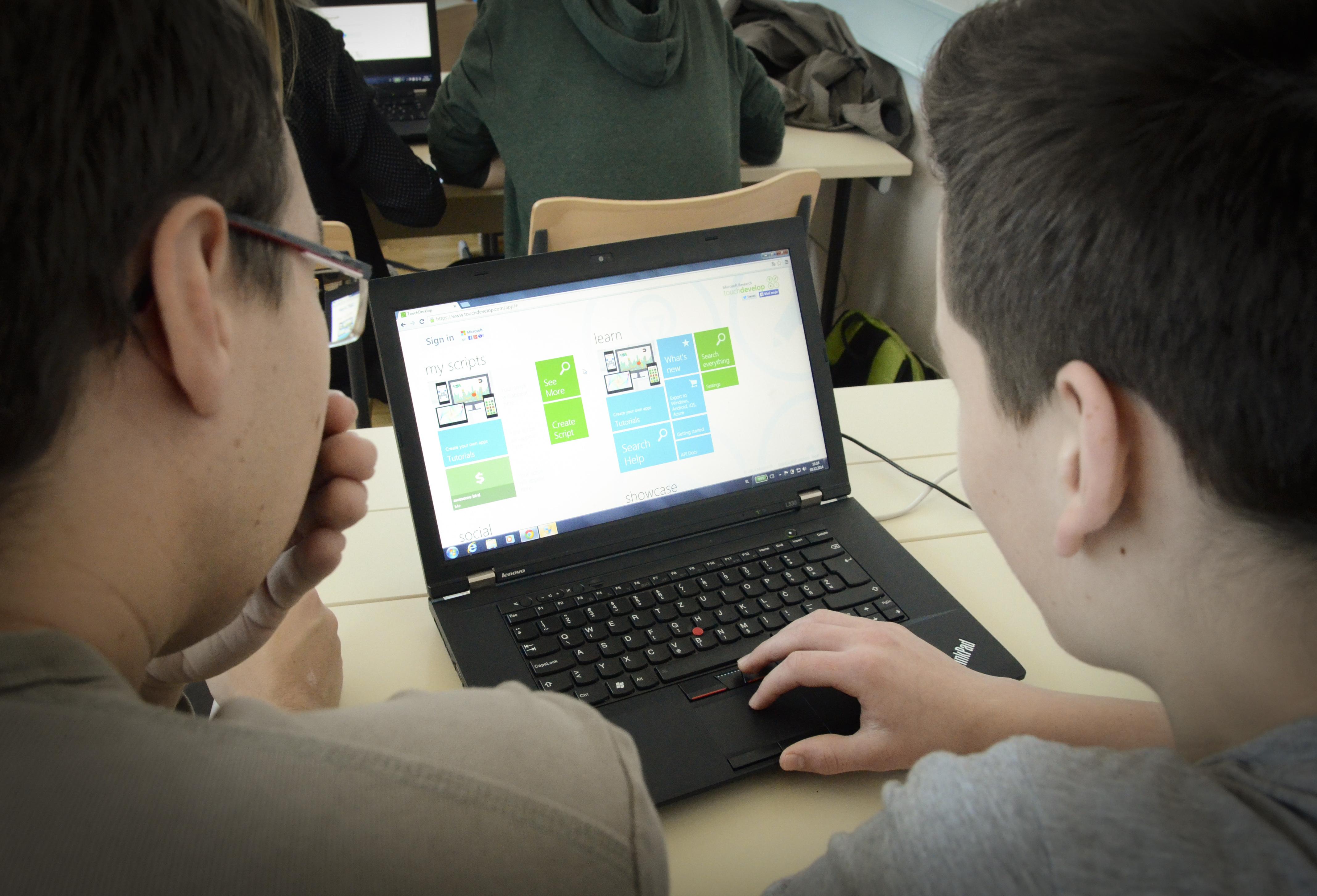 Ura programiranja je med dijaki Gimnazije Vič vzbudila veliko zanimanja