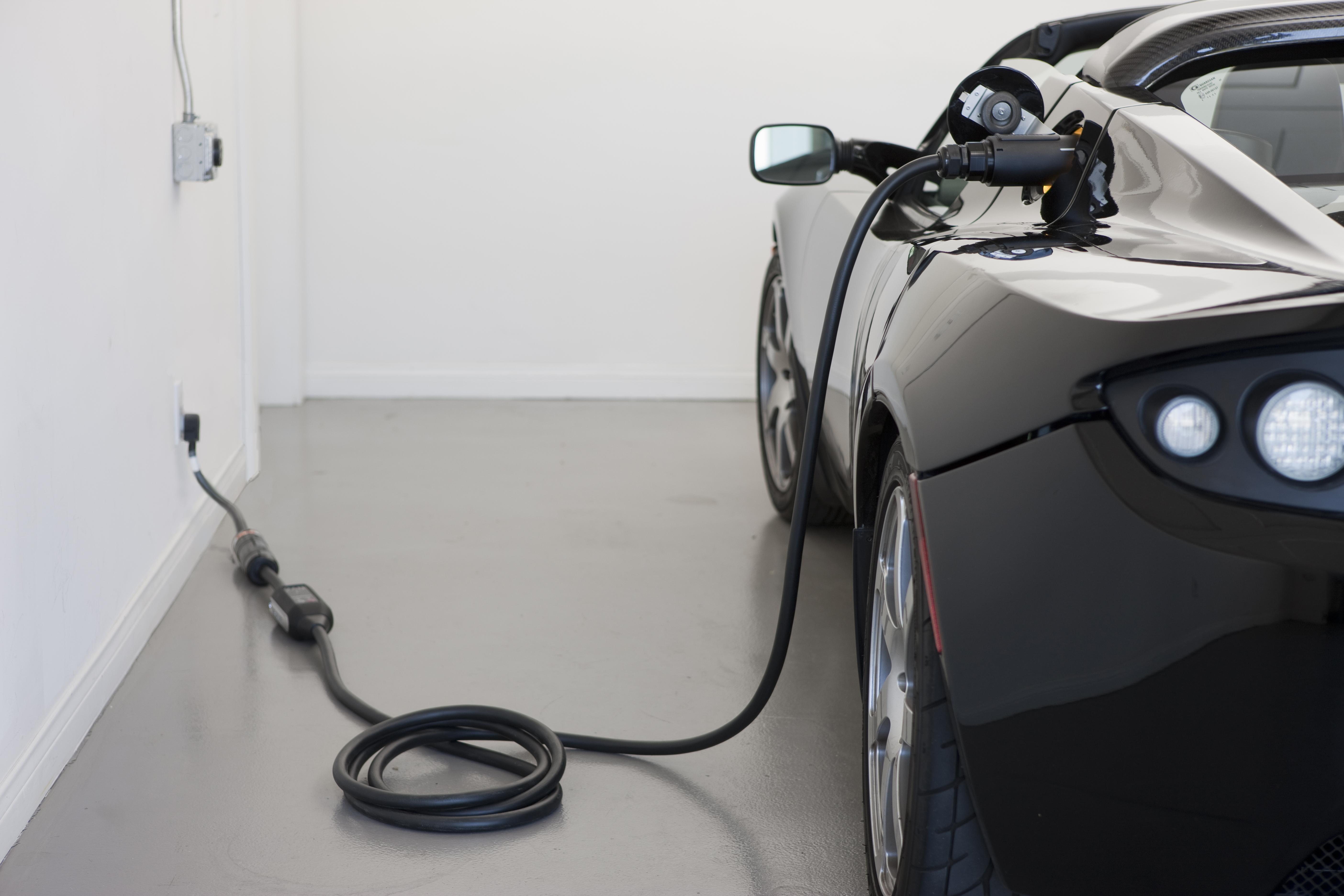 Električni avtomobili Tesla se bodo na polnjenje priklopili kar sami