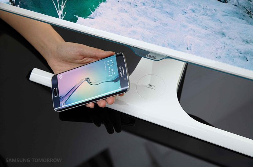 Na zaslonih Samsung SE370 bomo lahko brezžično polnili vse naprave, združljive s standardom Qi!