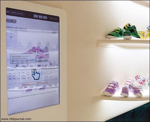 Z uporabo UHF (ultra-high frequency) RFID tehnologije v trgovini Munich sports kupcem omogočajo samostojno preverjanje zaloge - brez pomoči prodajalca.