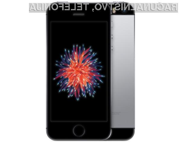 Pametni mobilni telefon iPhone SE in manjša tablica iPad Pro bosta kmalu pristala v rokah prvih kupcev.