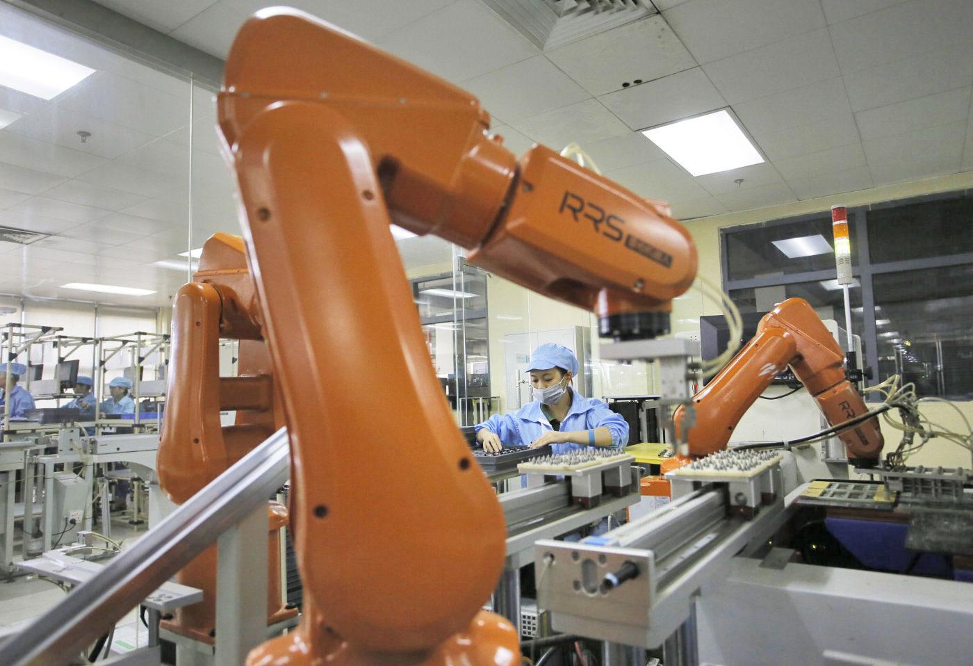 Foxconn bo več kot polovico zaposlenih nadomestil z roboti.