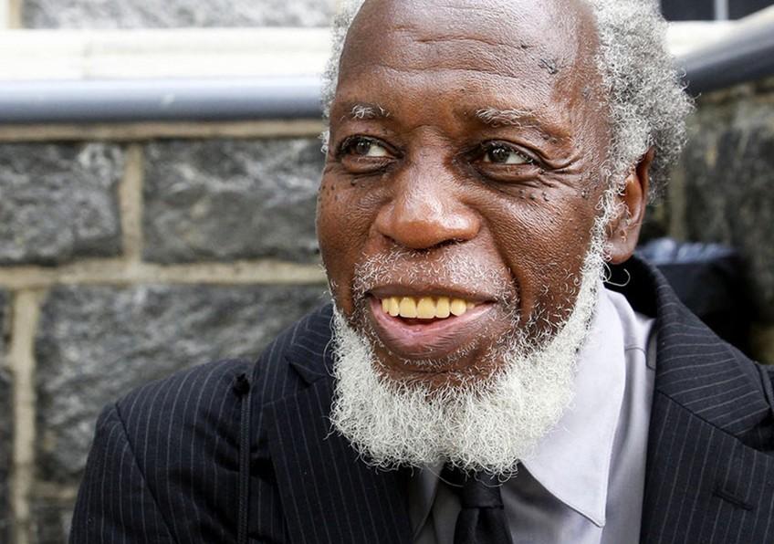 Otis Johnson je bil posebno navdušen nad ljudmi s slušalkami v ušesih.