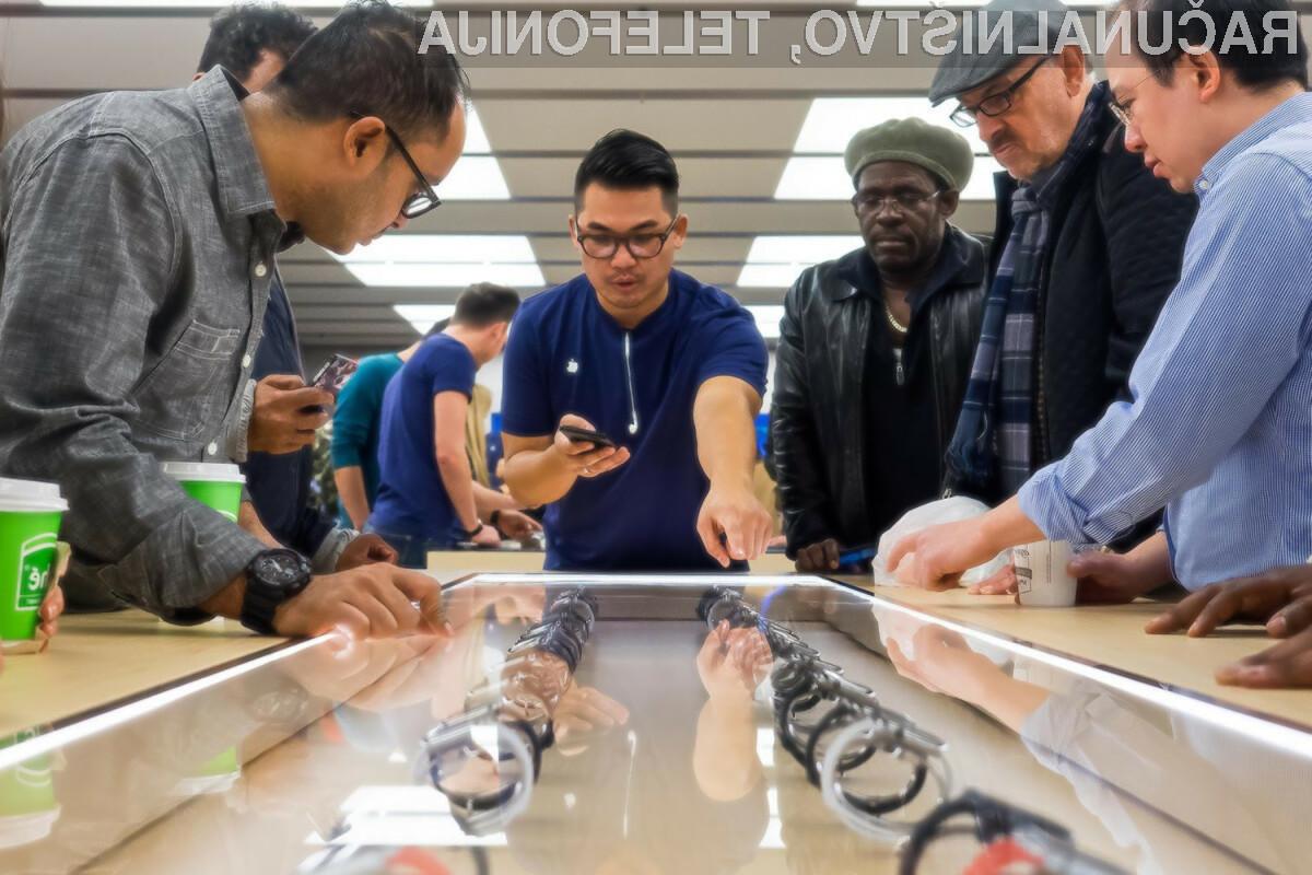 V izbranih Applovih trgovinah bo mogoče rokovati s telefoni iPhone brez zaščitnih vrvic.