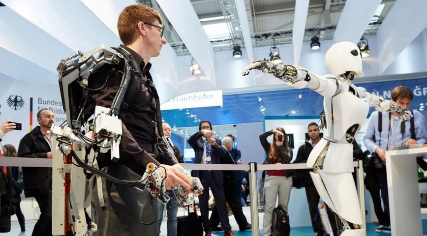 Prihodnost se razkriva z digitalnimi trendi – v tem trenutku prednjačijo virtualna resničnost, 3D, umetna inteligenca, podatkovna analitika, droni in robotika.