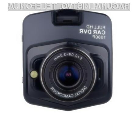 Poceni avtomobilska kamera nudi vse, kar potrebujemo za beleženje dogajanja na cesti in parkirišču.