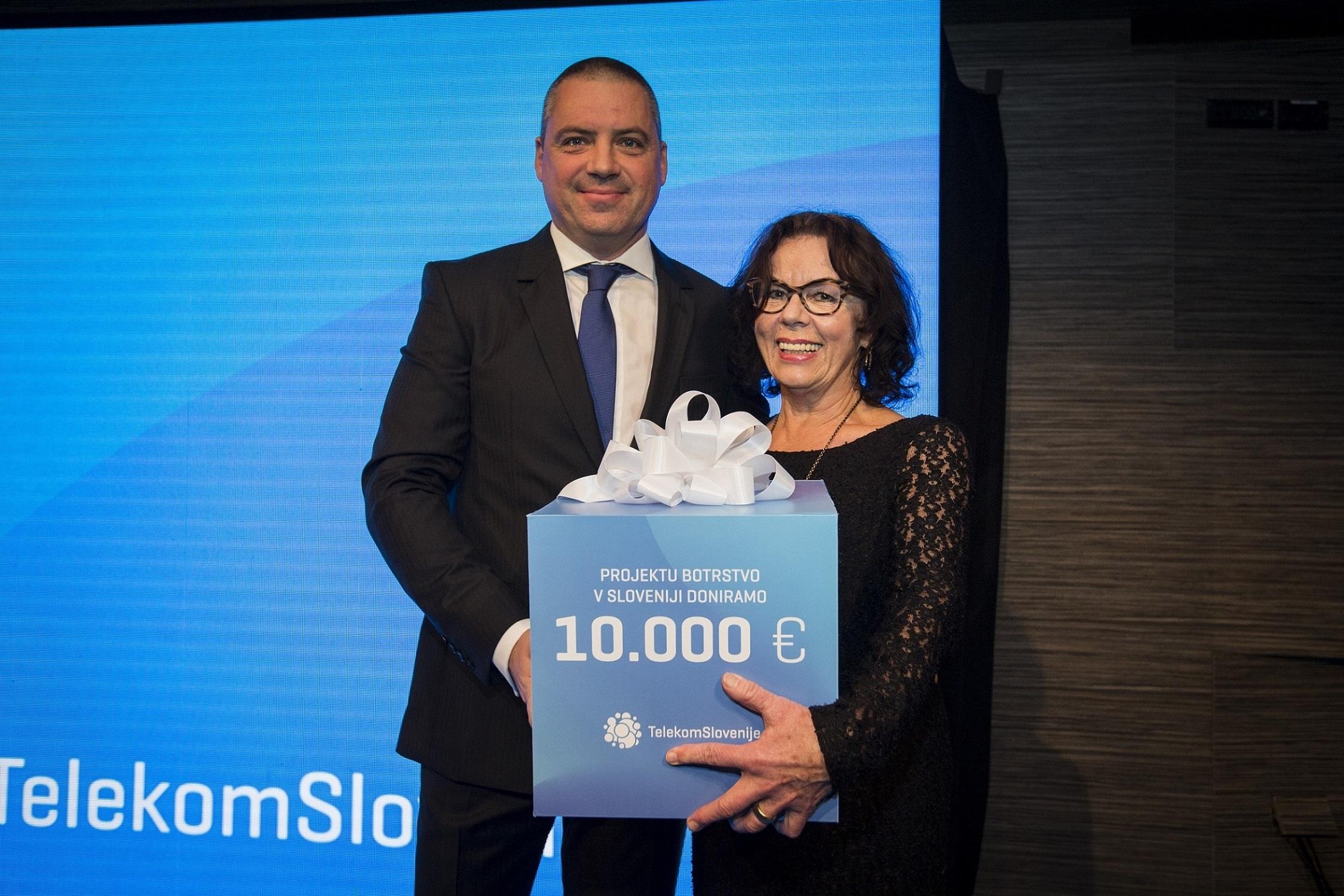 Donacijo v višini 10.000 evrov je v torek, 28. novembra, Aniti Ogulin, predsednici Zveze prijateljev mladine Ljubljana Moste-Polje, v imenu družbe predal predsednik uprave Telekoma Slovenije Rudolf Skobe.