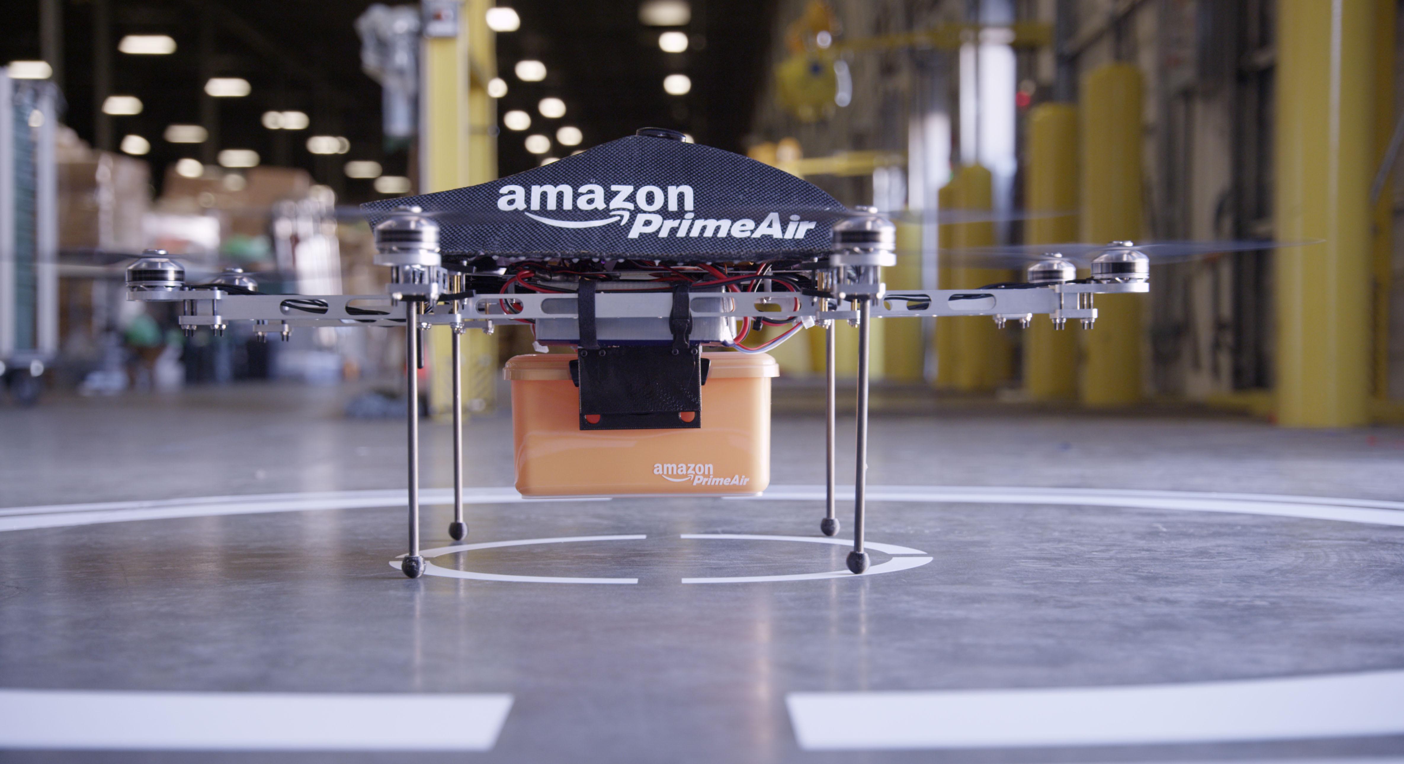 Amazon išče načine, kako povečati varnost dostave paketov z letečimi droni.
