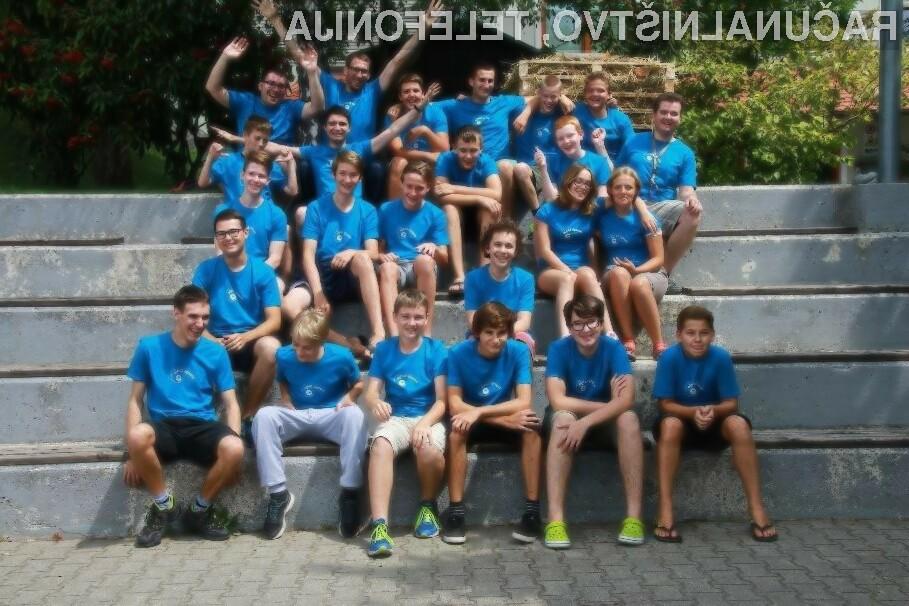 Skupinska fotografija udeležencev Poletnega tabora računalništva 2017 z mentorji.