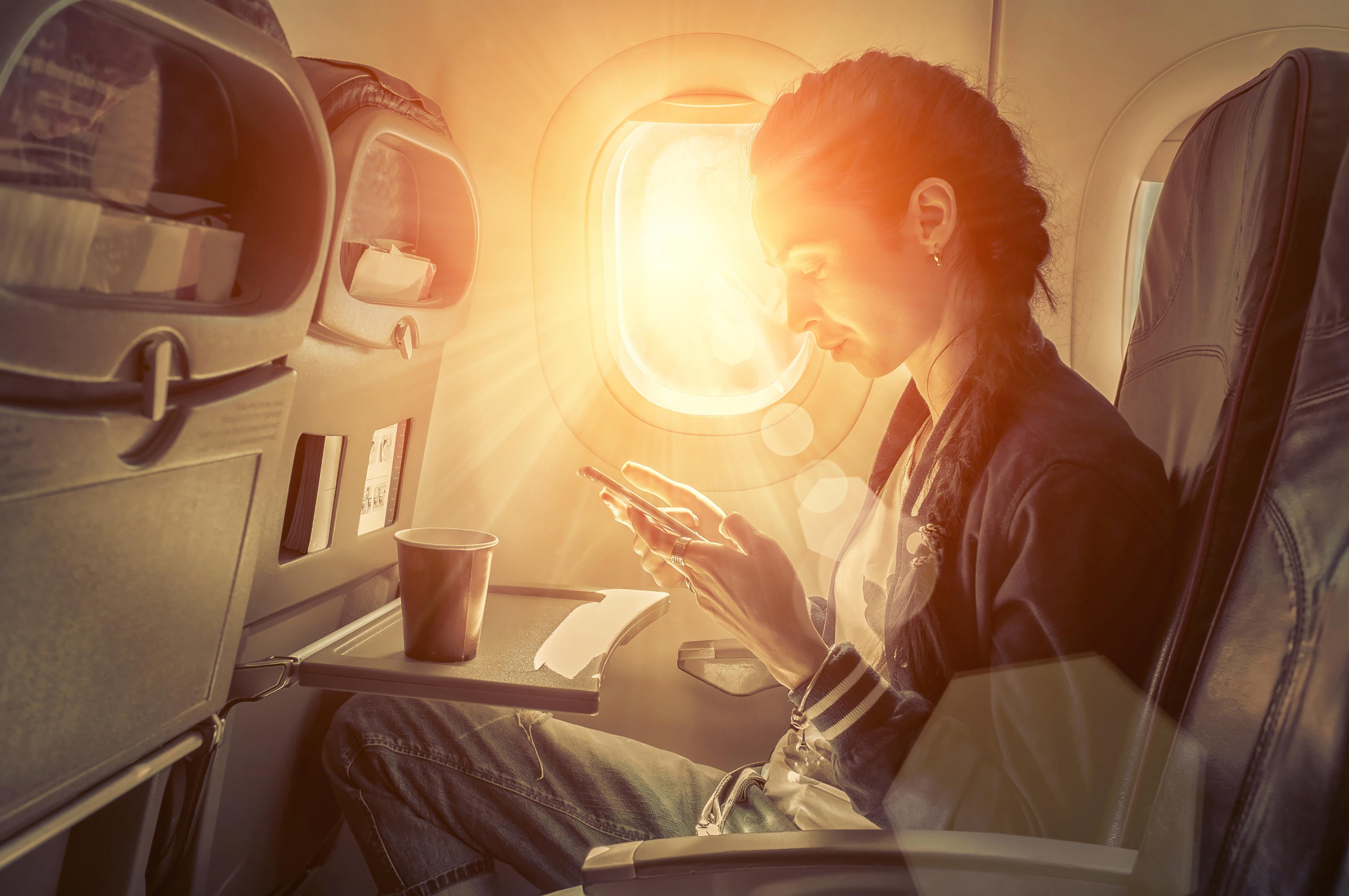 Večina letalskih družb potnikom ponuja neomejen dostop do svetovnega spleta.