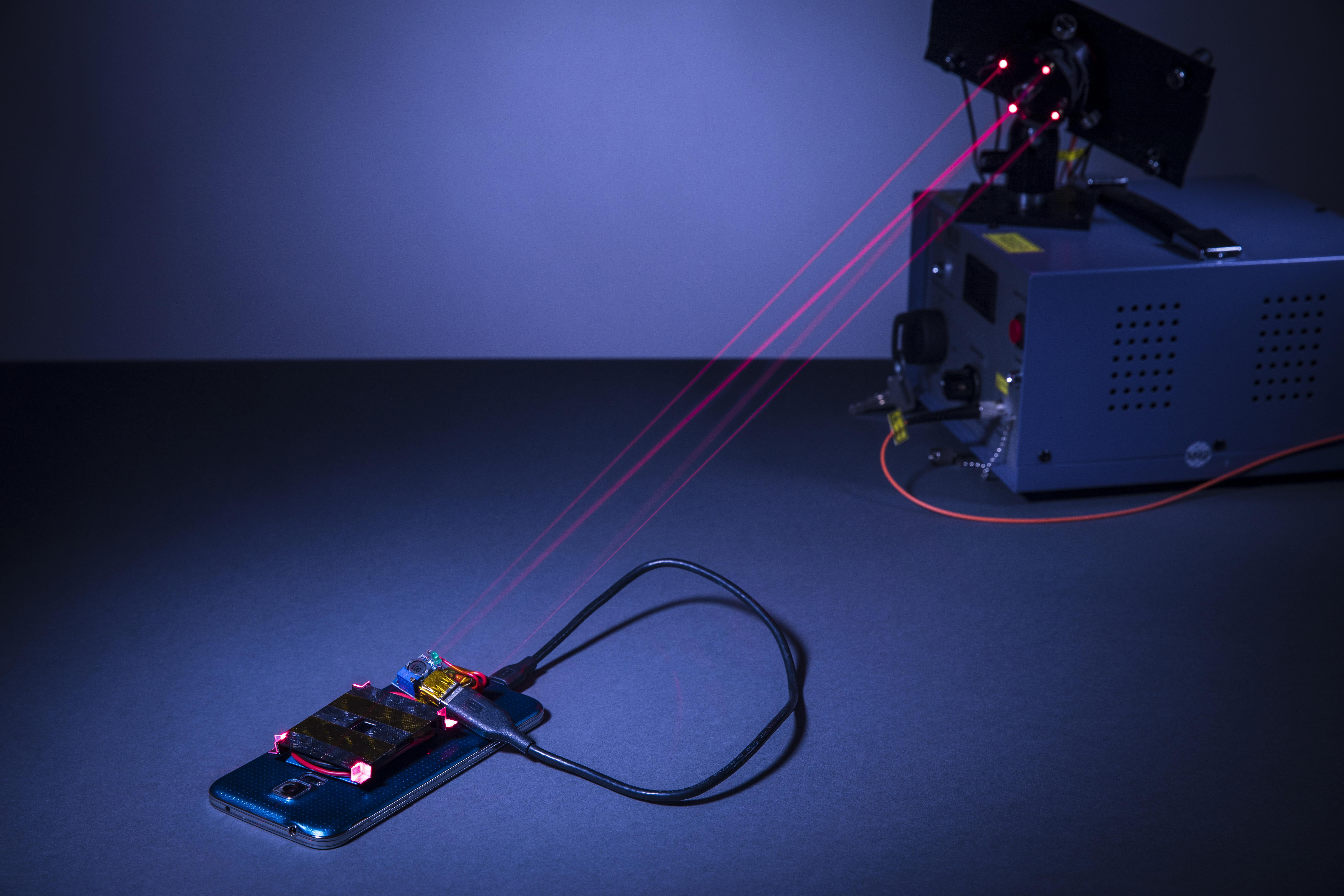 V prihodnosti bi pametne telefone lahko polnili kar z laserjem!