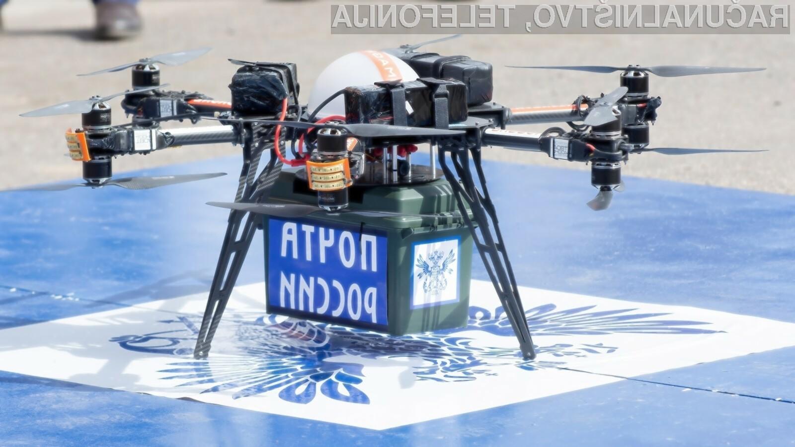 Dostavni dron ruske pošte je doživel neposredno srečanje s steno stanovanjske stavbe.