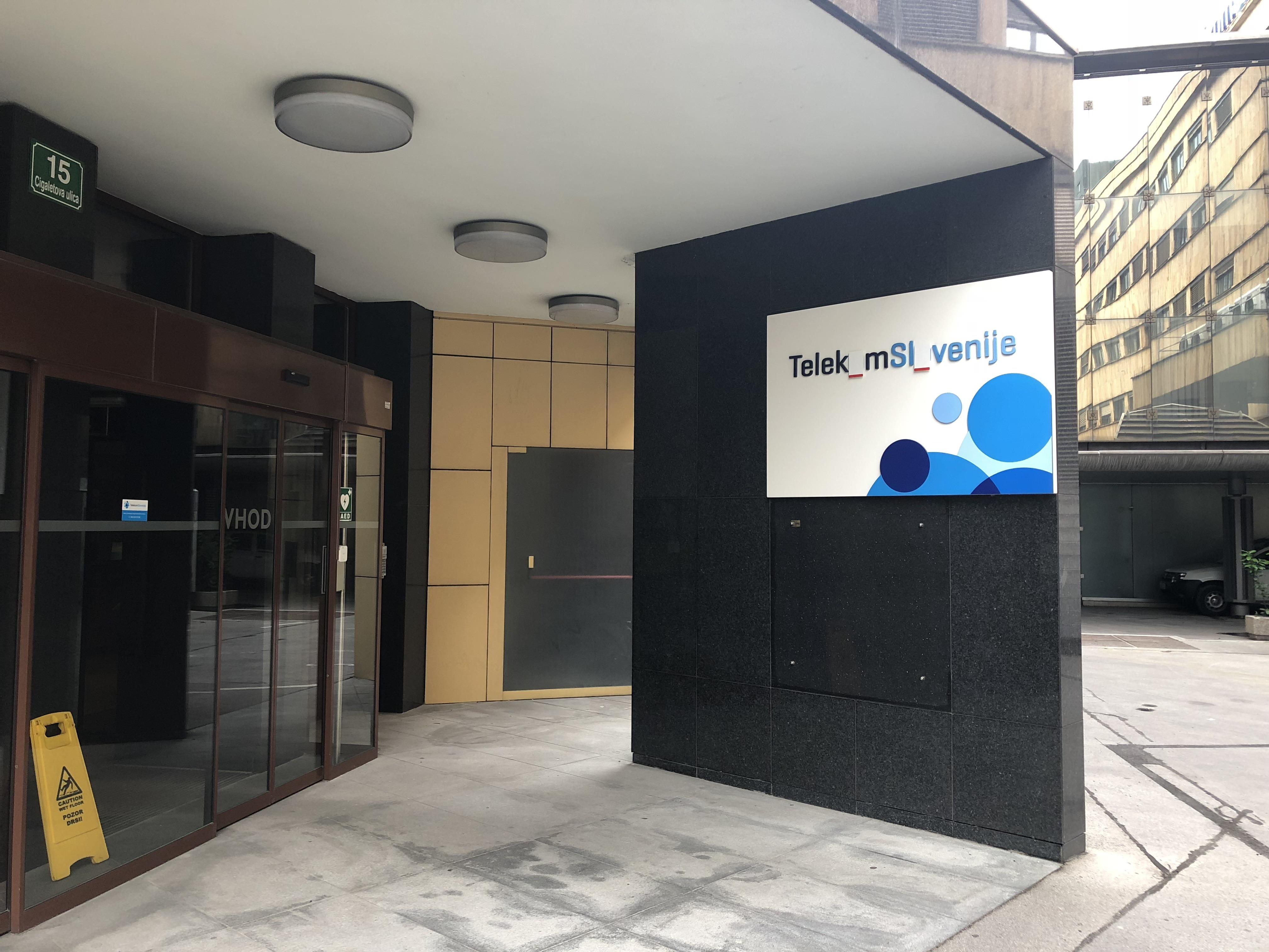Manjkajoča črka - poslovna stavba Telekoma Slovenije