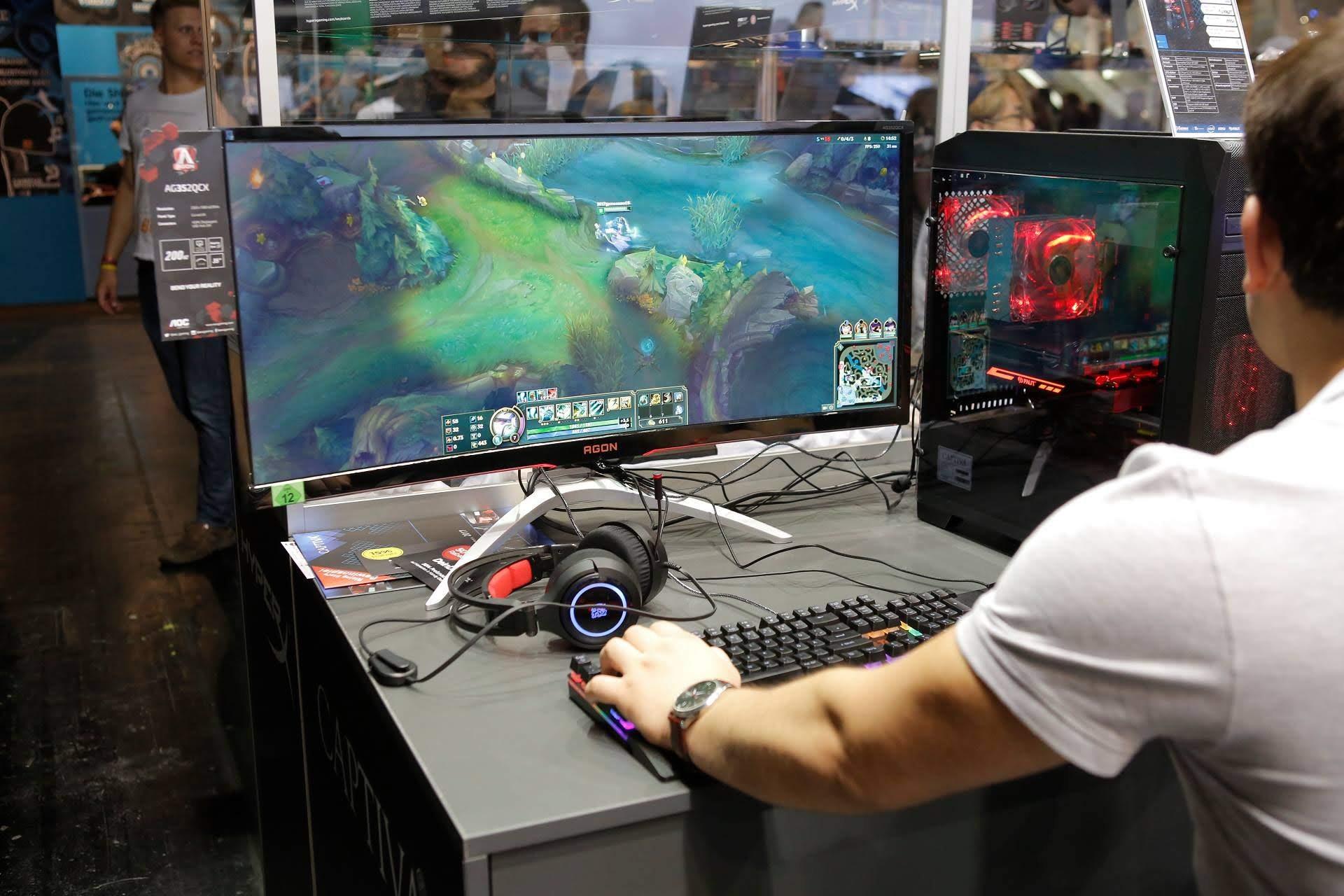 AOC z novimi gaming monitorji na sejmu Gamescom v Kölnu