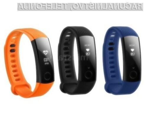 Na voljo v nevtralni črni, modri ali oranžni barvi.