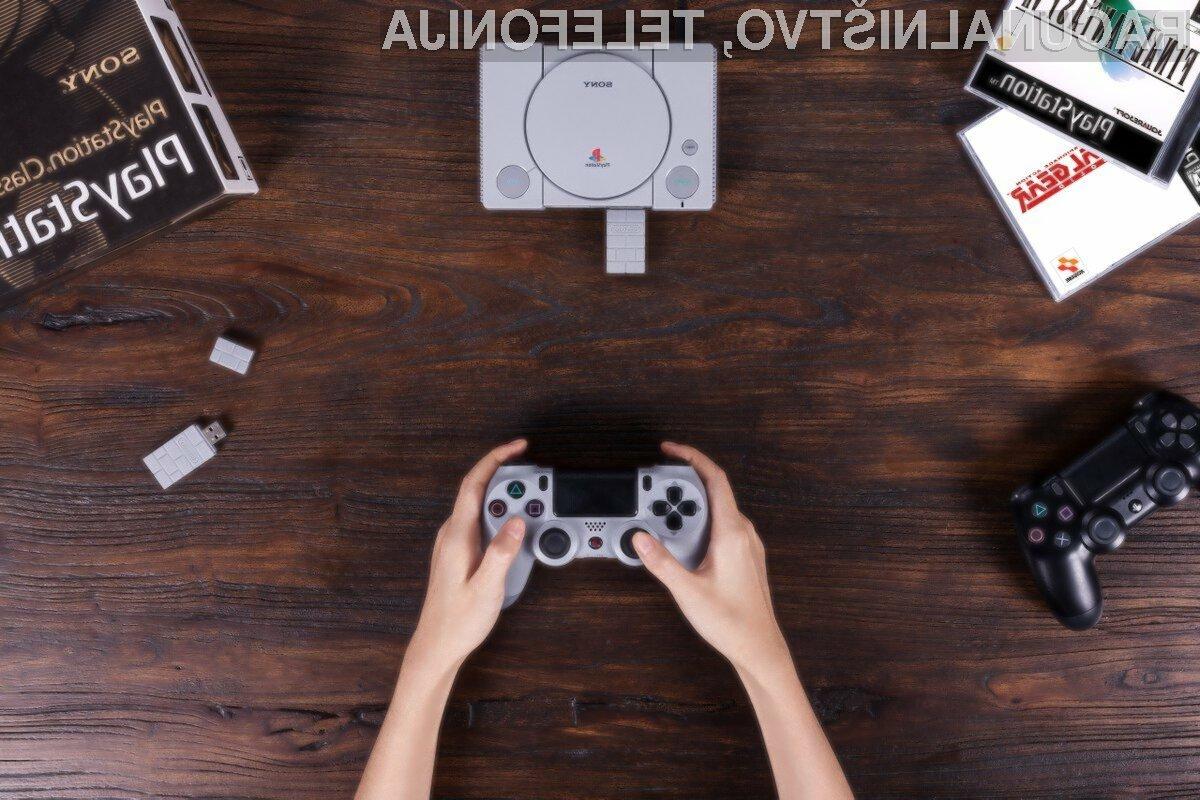 Podjetje 8BitDo z vmesnikom USB omogoča uporabo brezžičnega igralnega ploščka za klasični PlayStation Classic.