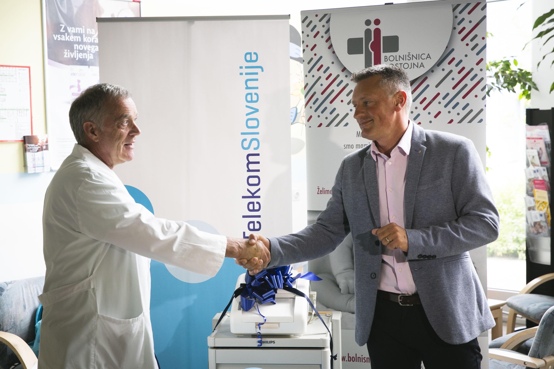 direktor postojnske bolnišnice Aleksander Merlo, dr. med., in Dean Žigon, član uprave – delavski direktor Telekoma Slovenije
