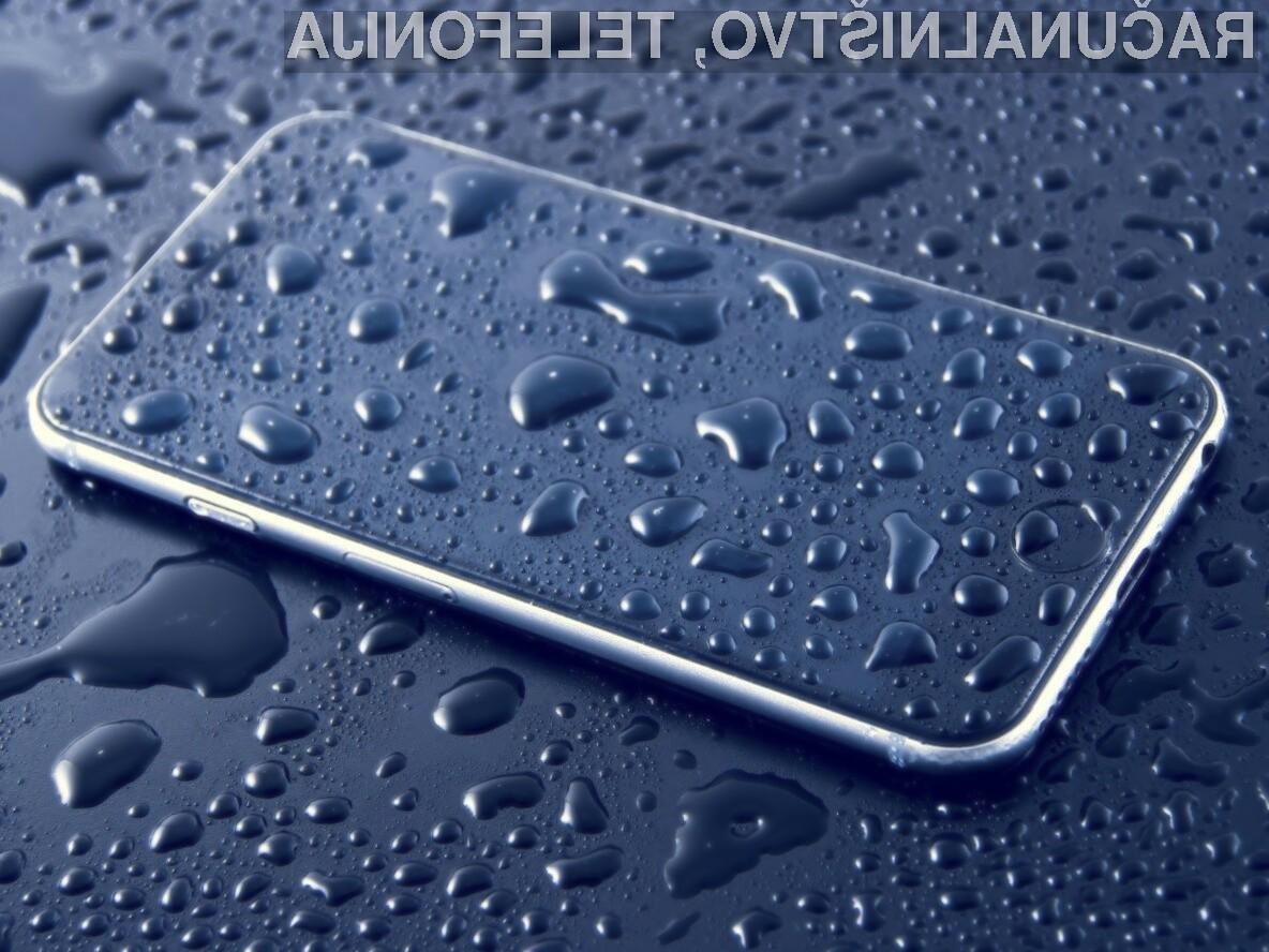 Pametni mobilni telefon je povsem zaščiten pred tekočinami le prvi dan uporabe.