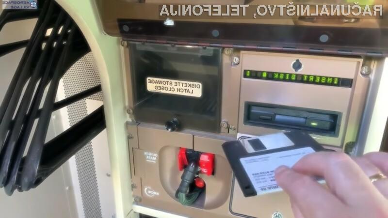 Diskete se uporabljajo za posodabljanje računalnika letala z navigacijskimi podatki.
