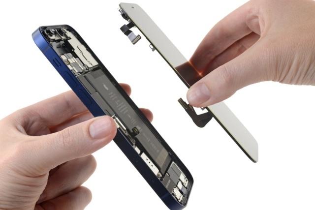 Apple je moral pri telefonu iPhone 12 žrtvovati del baterije za podporo omrežju 5G.