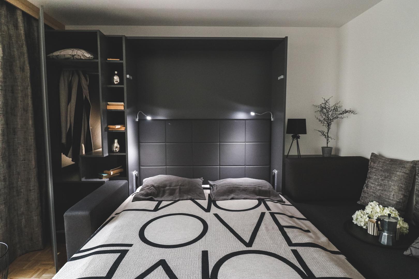 Omarna postelja s sedežno garnituro, kadar potrebujete posteljo.